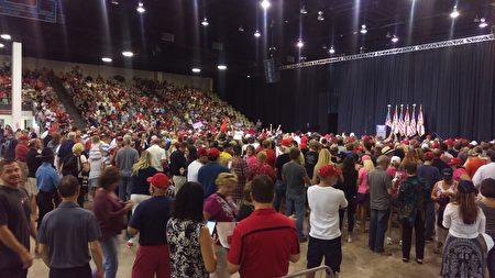 11月7日上午,在佛罗里达萨拉所塔的集会上,一些支持者参加了集会。(魏德/大纪元)