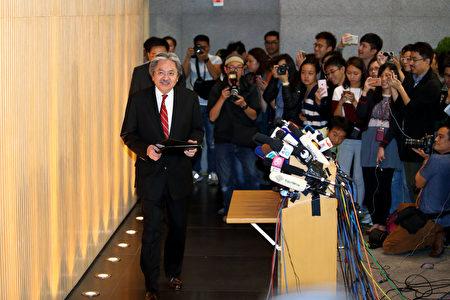 财政司司长曾俊华12日向行政长官梁振英请辞,预计准备参选下届特首。他并未宣布参选,称在未来一段时间决定。(潘在殊/大纪元)