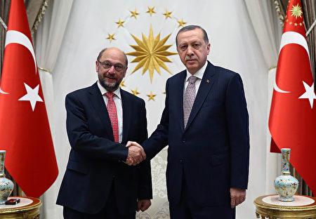 在土耳其与欧盟的一次会面上,土耳其总理(右)和欧洲议会主席(左)握手。(KAYHAN OZER/AFP/Getty Images)