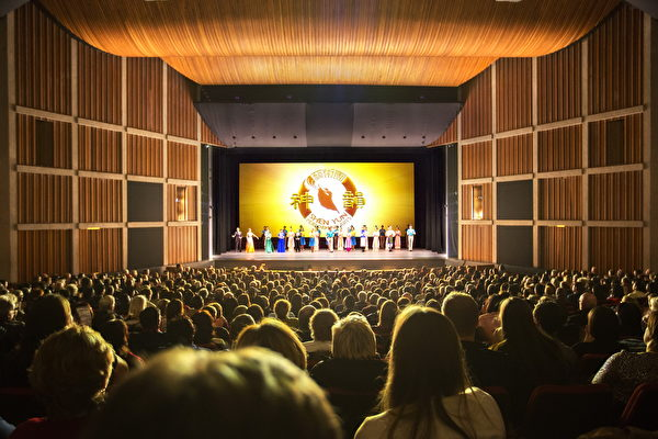 加拿大漢密爾頓首場演出場面熱烈,掌聲伴著歡呼聲,表達了當地人對神韻的喜愛和他們的感動。(艾文/大紀元)