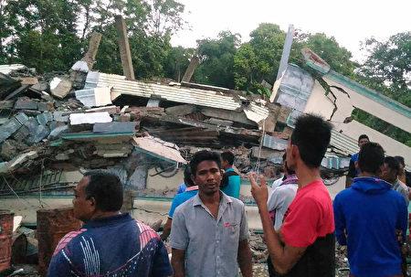 印尼苏门答腊岛北部亚齐省(Aceh)外海12月7日发生规模6.5强震,目前已造成至少97人丧生。(ZIAN MUTTAQIEN/AFP)
