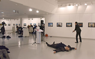 星期一,在土耳其首都安卡拉的一個藝術展上,俄羅斯駐土耳其大使安德魯•卡羅夫(Andrey Karlov)遭槍擊。(AFP)