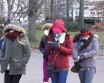 受到極地渦旋影響,民眾出門全身包得緊緊的。 (莊翊晨/大紀元)