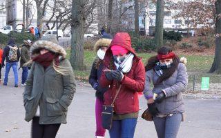 受到极地涡旋影响,民众出门全身包得紧紧的。 (庄翊晨/大纪元)