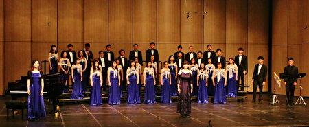 充满自信风采的心筑爱乐合唱团,前为指挥张筱琪。(心筑爱乐合唱团提供)
