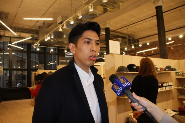 「堅尼街市場」的老闆莊建智是在華埠出生、成長的年輕一代。 (蔡溶/大紀元)
