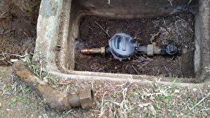 检查水表进水水管是否是铅管。(朱健冲提供)