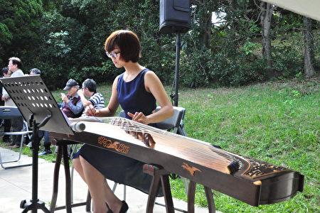 清華古箏社學生演奏悠揚動聽的古典樂曲。(賴月貴/大紀元)