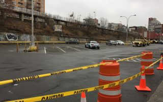 法拉盛第三停車場27日起永久關閉,交通局在停車場的出入口拉起了警戒線。 (林丹/大紀元)