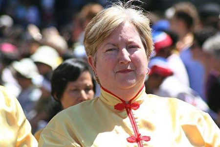 西人学员Leigh Smith女士修炼法轮功后,告别了严重的骨质疏松症和关节炎。(大纪元)