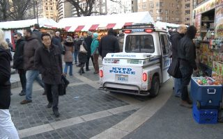 警车在市集内巡逻,加一起有超过十辆警车戒备。 (奥利弗/大纪元)