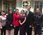 左起:中國婦權張菁、張安妮的姐姐、「女權無疆界」主席瑞姬(養母)、張安妮、養父、中國婦權姚誠,在卡耐基音樂廳前合影。 (施萍/大紀元)