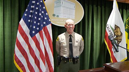 洛縣警局資訊局警監Jeff Scroggin接受採訪。(楊陽/大紀元)
