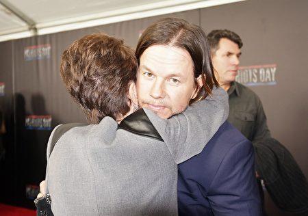 《愛國者日》男主角沃爾伯格的母親阿爾瑪在紅毯上緊緊擁抱兒子。(貝拉/大紀元)