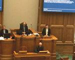 2016年12月8日,丹麥議會舉行了一場以中共活摘器官罪行為議題的答辯會。此次答辯會是由丹麥議會第二大黨派,丹麥人民黨(Danske Folke Parti)的肯尼斯克里斯坦森‧拜特(Kenneth Kristensen Berth)(右)等六位議員聯合發起的。(丹麥議會網頁錄像截圖)