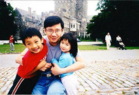 幼年的张本明和爸爸、妹妹。(受访者提供)