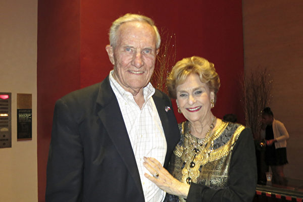 2016年12月28日晚,德州前州务卿、美国石油大亨George W. Strake Jr.携夫人Annette Strake一起观看了神韵国际艺术团在休斯顿的第四场演出。 (林南宇/大纪元)