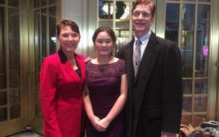 養母、「女權無疆界」主席瑞姬(左一)、張安妮(中)和養父(右一)在卡卡耐基音樂廳前。 (施萍/大紀元)