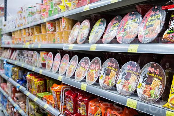 台湾泡面口味多样化,琳琅满目。(摄影:陈柏州/大纪元)