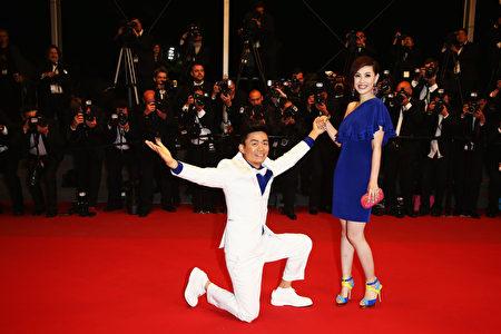 王宝强在红毯上向马蓉单膝下跪求婚。(Andreas Rentz/Getty Images)