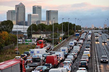 2013年10月28日,暴风雨袭击英国南部。图为伦敦金融区一条通往金丝雀码头的道路塞车。(BEN STANSALL / AFP)