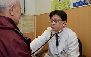 台北慈济医院胸腔内科医师黄俊耀(右)表示,晚期肺 癌可依个人化设计,给予标靶药物、免疫抑制剂、化疗 合并使用血管增生抑制剂等治疗方式,千万不要因第4 期就放弃治疗。 (慈济提供/中央社)