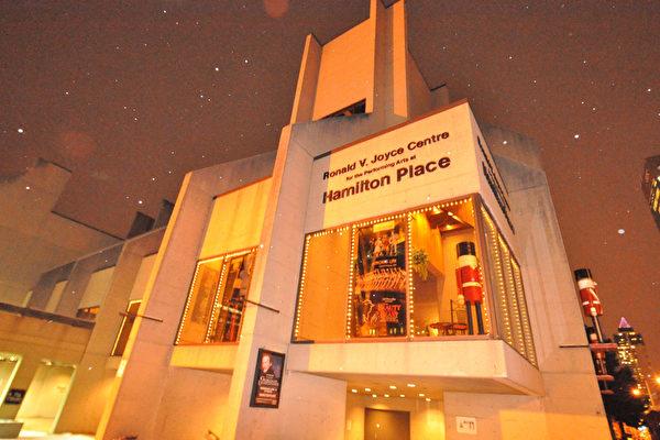 风靡全球的美国神韵艺术团,将于12月30日晚在在加拿大安省汉密尔顿最著名的剧场——汉密尔顿剧院(Hamilton Place)闪亮登场。(余天祐/大纪元)
