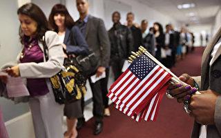 自12月23日起,美國移民入籍多項申請費上漲,有些費用甚至上漲一倍以上。這是自2010年以來,入籍申請費首次大漲。專家認為,這將使很多經濟情況不佳的移民更難入籍。圖為2013年5月17日,移民等待美國公民入籍儀式。(John Moore/Getty Images)
