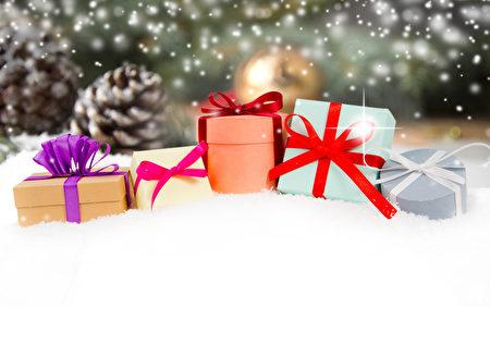 靜物與聖誕禮物和視錐細胞覆蓋著雪白色的空間文本(fotolia)