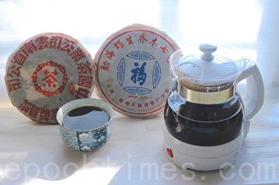 以遠紅外線養生壺熬煮普洱養生茶飲,其小分子團水讓茶湯更香醇爽口,堪稱絕配。(賴友容/大紀元)