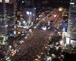 2016年12月3日,數十萬抗議者連續第六週在首爾舉辦遊行,要求罷黜總統朴槿惠。(CHUNG SUNG-JUN/AFP/Getty Images)