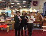 铭木企业有限公司董事长李界煌(左一)与为他加油打气的朋友在世贸展场合影。(铭木企业提供)