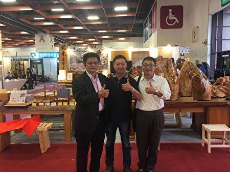 銘木企業有限公司董事長李界煌(左一)與為他加油打氣的朋友在世貿展場合影。(銘木企業提供)