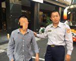 陆籍旅客米男(左)与苓雅分局成功路派出所巡佐锺玉光(右)拍照留念。(高雄苓雅分局提供)