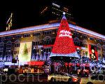 圣诞节前的12月初,韩国首尔明洞观光区及乐天、新世界、现代等大型百货商店的圣诞灯光夺目耀眼美不胜收。图为新世界百货店(明洞店)夜景。(全景林/大纪元)