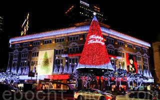 聖誕節前的12月初,韓國首爾明洞觀光區及樂天、新世界、現代等大型百貨商店的聖誕燈光奪目耀眼美不勝收。圖為新世界百貨店(明洞店)夜景。(全景林/大紀元)