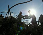 印尼7日发生强震,造成交通堵塞,物资运抵灾区的速度缓慢。图为8日,亚齐省震灾救援工作。 (PCHAIDEER MAHYUDDIN/AFP/Getty Images)