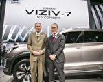 斯巴魯美國公司首席運營官Tom Doll和執行長Takeshi Tachimori在Viziv-7前合影。(曹景哲/大紀元)