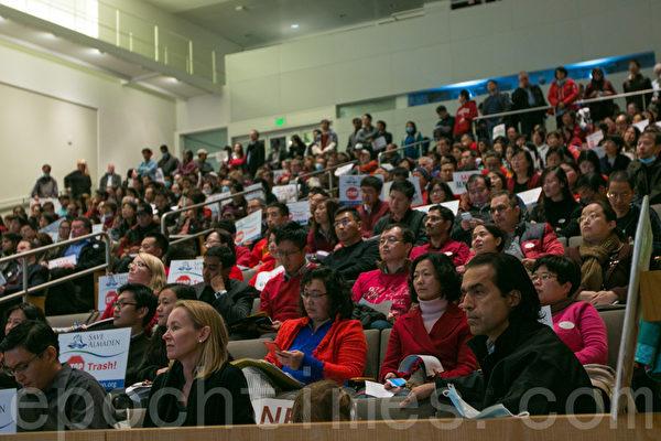 12月7日晚,硅谷圣荷西市规划委员会在拖延了2年后,对纽比垃圾填埋场(Newby Island Landfill)的扩容许可申请举行最后一次听证会。(马有志/大纪元)