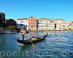 威尼斯,到處都是水道、船夫和船隻的身影,房子五顏六色,宮殿密集,映入水中讓人覺得這裡並非現實世界,好似一場奇異的夢,浪漫得如同日日生活在童話世界。(野上浩史/大紀元)