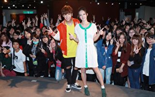 鼓鼓(左)与《为爱而爱》MV女主角孟耿如(右)一同现身首播FAN_MEETING。(相信音乐提供)