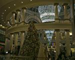 威斯菲尔德旧金山购物中心(Westfield San Francisco Centre)穹顶下巨大的2016年圣诞灯饰。(曹景哲/大纪元)