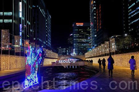 夜晚的清溪川因为圣诞彩灯的装饰才更加美丽。(全景林/大纪元)