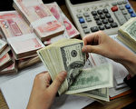 日前传出官方考虑恢复国企强制结汇的临时措施,以及通过减持美国国债,来限制资本外流。(STR/AFP/Getty Images)