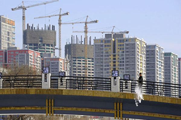 中共中央经济工作会议四大看点之一,加强楼市调控、遏止投机。图为北京公寓大楼。(LIU JIN/AFP/Getty Images)