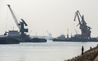 中共中央经济工作会议结束, 茅于轼接受采访时表示,中国的体制出了问题。图为上海黄浦江起重机在卸载沙子。(JOHANNES EISELE/AFP/Getty Images)