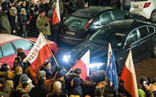 波蘭執政黨國會議員非法通過明年度財政預算,示威群眾16日包圍國會出入口。(WOJTEK RADWANSKI/AFP/Getty Images)