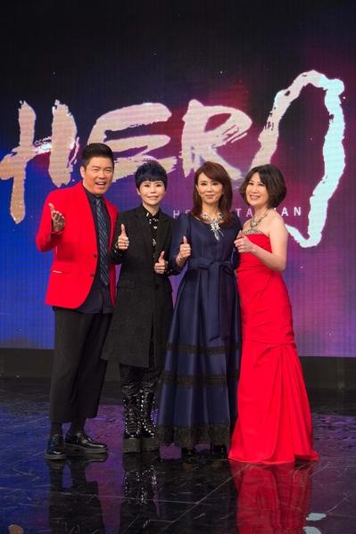 三立新聞首度舉辦的「2016 台灣真英雄」活動,受到藝人力挺。圖左起:頒獎人曾國城、詹雅雯、孫翠鳳、陳斐娟。(三立提供)
