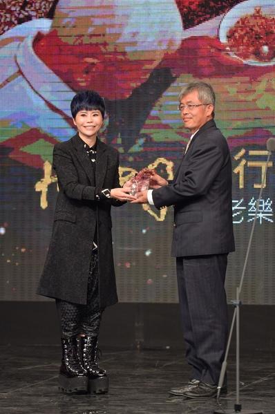 詹雅雯(左)與王崑成合照。(三立提供)
