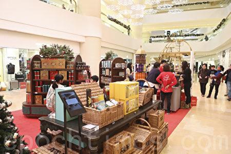 圣诞节又到,香港有商场布置圣诞装饰,增添假日气氛。(余钢/大纪元)